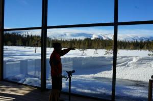 Utsikten från naturum är magisk och Eduardo berättar om hur lavinerna gått under senaste veckan på fjällkammen.
