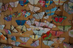 Klockan 11.00 varje dag erbjuder naturum en aktivitet för barnfamiljer. Att måla och göra sin egen fjäril är en populär aktivitet!