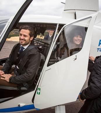 Prinsparet flyger helikopter